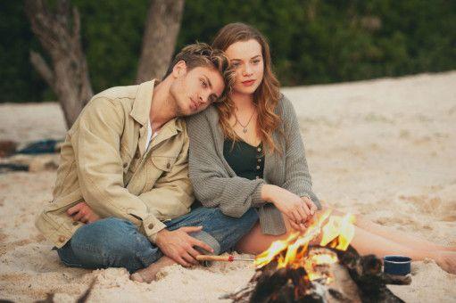 Am Ende das Lagerfeuer: Danny (Jannik Schümann) weiß, dass er mit Jessica (Luna Wedler) keine Zukunft hat, weil sein Leben früh enden wird.