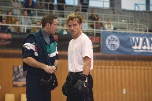 Seinen Frust und sein Aggressionen lässt Danny (Jannik Schümann, rechts) beim Kickboxen raus und macht seinen Trainer (Frederick Lau) ziemlich stolz.