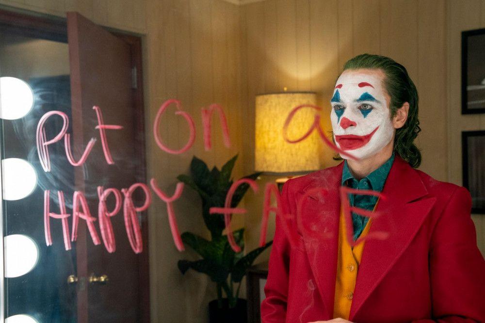 Immer schön lächeln: Arthur Fleck (Joaquin Phoenix) ist auch trotz sieben verschiedener Psychopillen ein unglücklicher Mann.