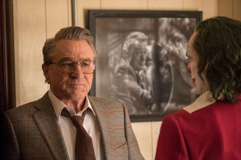 TV-Moderator Murray Franklin (Robert De Niro, links) ahnt nicht, wen er sich mit Joker (Joaquin Phoenix) wirklich in seine Fernsehshow eingeladen hat.