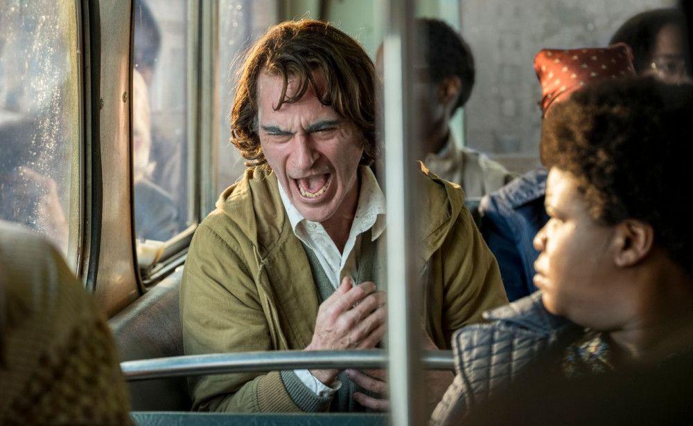 Weil er immer wieder unkontrolliert lacht, halten seine Mitmenschen Arthur Fleck (Joaquin Phoenix) für einen Freak.