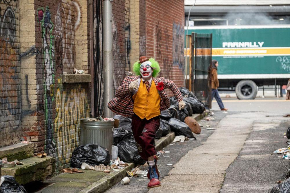 Nachdem er mit ein paar Halbstarken aneinandergeraten ist, wird Arthur (Joaquin Phoenix) durch die Straßen von Gotham City gejagt.