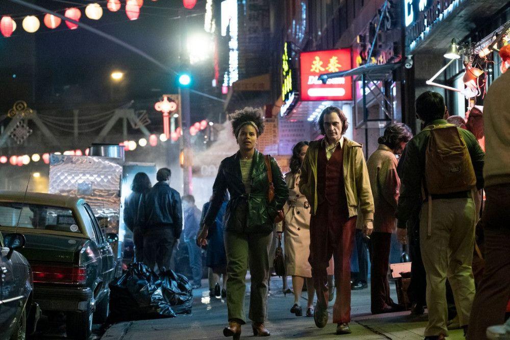 Der schüchterne Arthur Fleck (Joaquin Phoenix) verliebt sich in seine Nachbarin Sophie (Zazie Beetz).