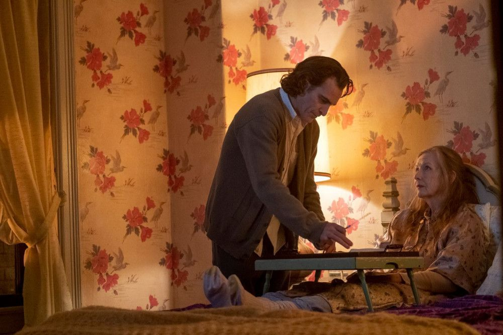 Aufopferungsvoll kümmert sich Arthur (Joaquin Phoenix) um seine kranke Mutter (Frances Conroy).