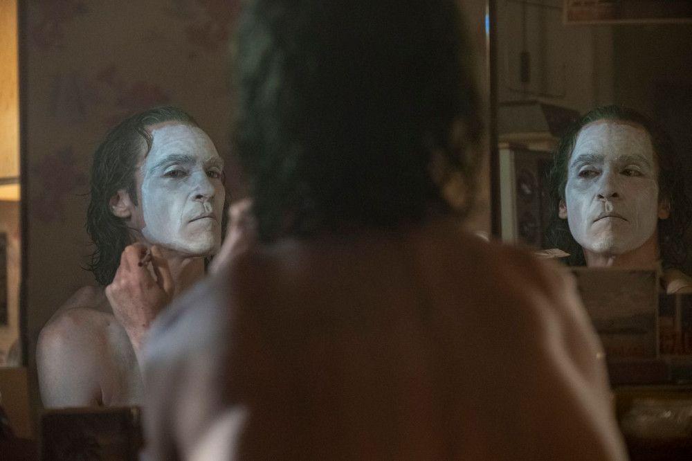 Arthur Fleck (Joaquin Phoenix) schminkt sich für seinen großen Auftritt.