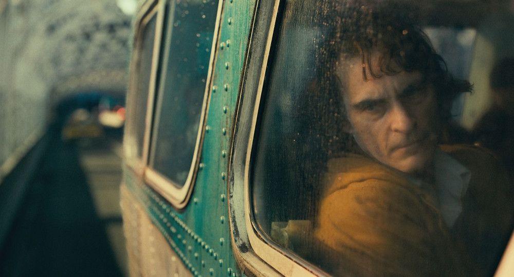 Arthur (Joaquin Phoenix) ist ein Außenseiter, der durch ein chaotisches Gotham City streift.