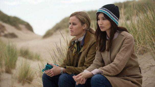 Agnes (Carla Juri) und Henny (Gemma Chan) waren einst gut befreundet, haben sich aber aus den Augen verloren. Jetzt führt sie ein teuflischer Plan wieder zusammen.