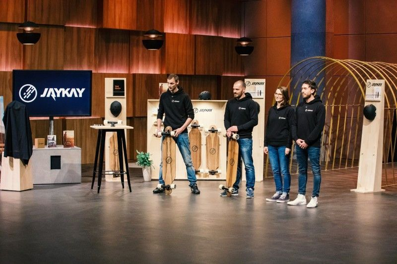 """<b>Folge 6:</b> Isabell Armbruster, Marius Martin, Benedict Kuhlmann und Daniel Jäger stellen die elektrische Longboardachse """"JayKay"""" vor. """"Mit ihr kann man binnen weniger Minuten aus jedem handelsüblichen Longboard, ein Elektro-Longboard machen"""", versprechen die Gründer."""