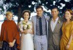 Grace (Abby Quinn), ihr zukünftiger Gemahl Jonathan (Alex Esola, Mitte) und die Brauteltern (Billy Crudup und Julianne Moore, rechts) posieren für den Hochzeitsfotografen. Isabel (Michelle Williams, links) soll unbedingt mit auf das Bild.