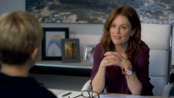 Theresa (Julianne Moore) möchte mehr über Isabels Waisenhaus-Projekt erfahren.
