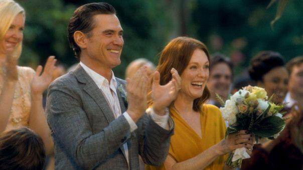 Die glücklichen Brauteltern Oscar (Billy Crudup) und Theresa (Julianne Moore) applaudieren ihrer Tochter.