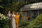 Die Braut Grace (Abby Quinn, Mitte) wird von ihrem Vater Oscar (Billy Crudup) und ihrer Stiefmutter Theresa (Julianne Moore) zum Traualtar geführt.