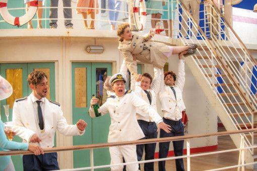 Maria Wartberg (Katharina Thalbach) lässt es mit ihren 66 Jahren auf dem Traumschiff ordentlich krachen.