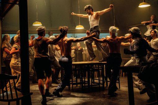 Costa (Pasquale Aleardi) ist ein Bild von einem griechischen Mann, der sich auf dem Schiff endlich von seinen Zwängen befreit.