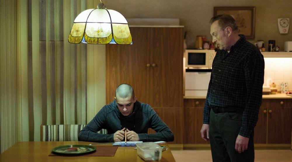 Jakob (Simon Frühwirth, links) leidet unter der zwischenmenschlichen Kälte seines Vaters (Josef Hader).