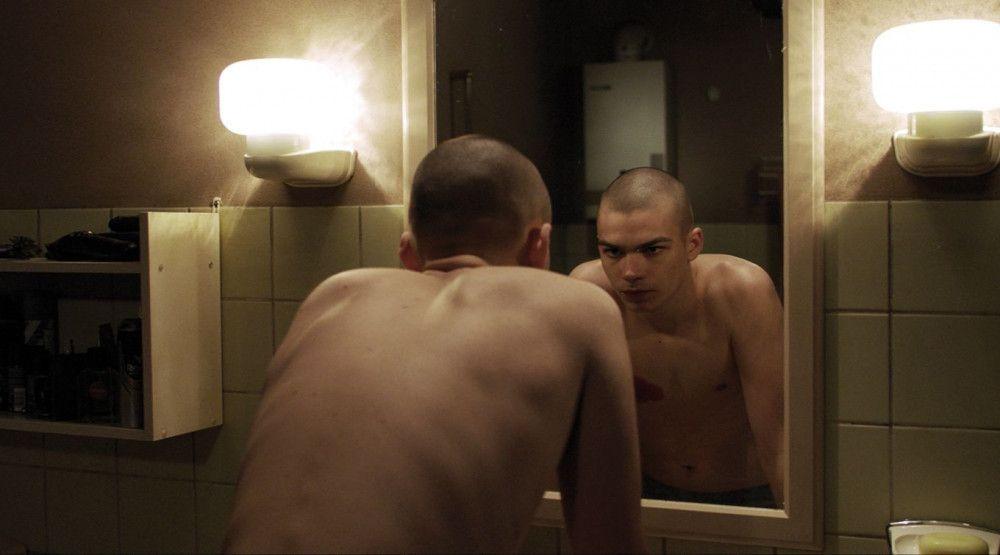 Der Bruch im Spiegel: Jakob (Simon Frühwirth) hat mit psychischen Problemen zu kämpfen.
