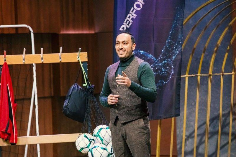 """<b>Folge 7:</b> Bülent Yaman hat als Hobby-Fußballer viel Zeit auf der Ersatzbank verbracht. Und dabei häufig gefroren. Um dem entgegenzuwirken, erfand er den """"Soccer Performancesack"""", der die Beine der Kicker warmhalten soll."""