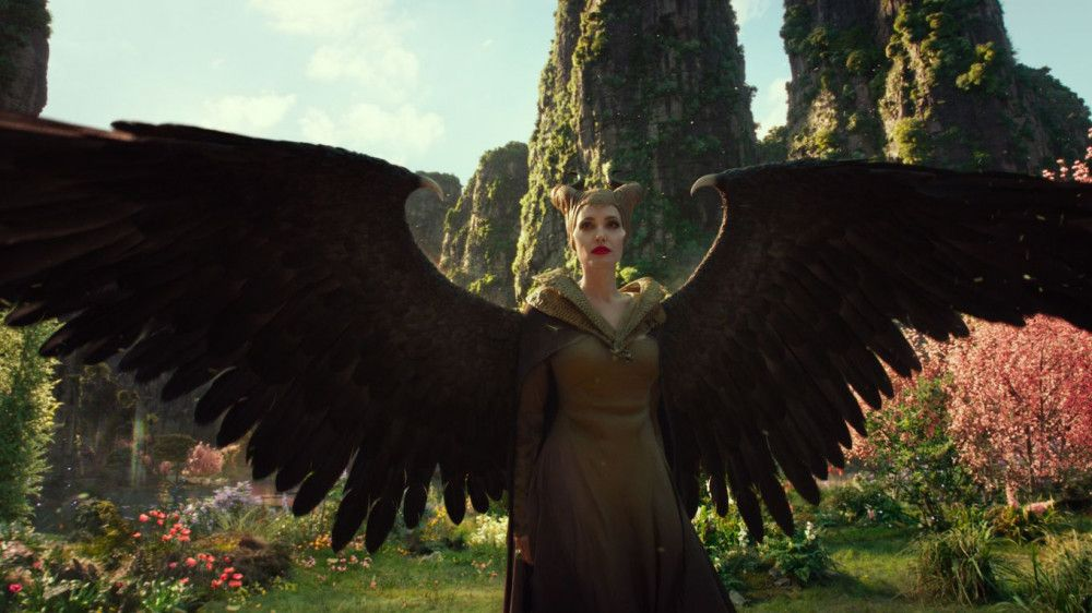 Die Fee Maleficent (Angelina Jolie) zeigt ihre ganze Flügelpracht.