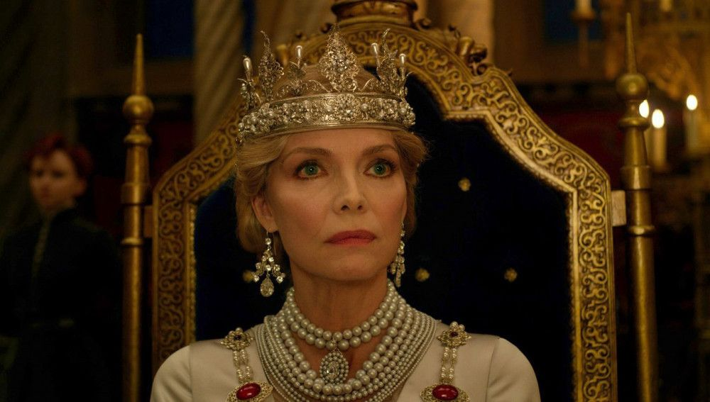 Königin Ingrith (Michelle Pfeiffer) macht gute Miene zum bösen Spiel.