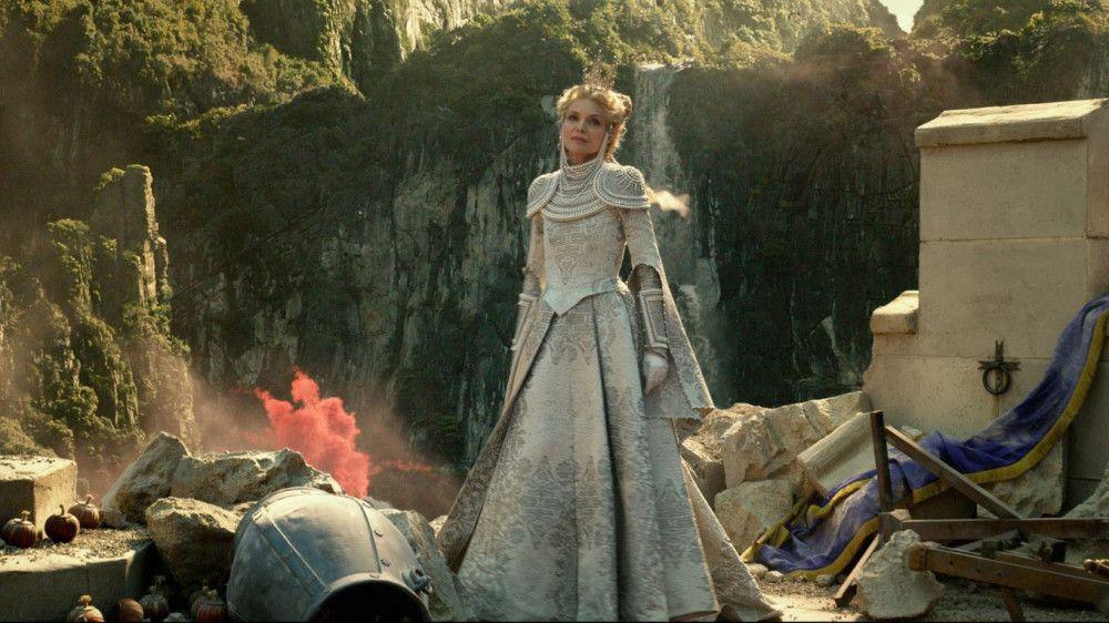 Königin Ingrith (Michelle Pfeiffer) heckt einen finsteren Plan aus, um Menschen und Feen für immer zu entzweien.