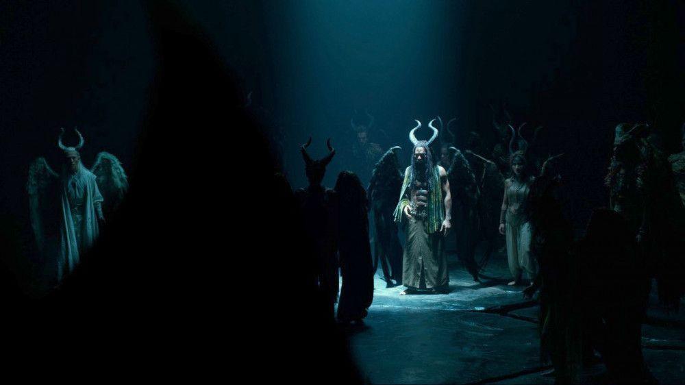 In ihrer dunklen Höhle versammeln sich die verbitterten Feen, um einen Angriff auf die Menschen zu planen.