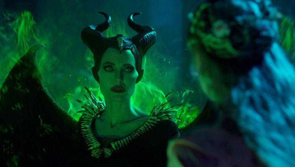 Wenn Maleficent (Angelina Jolie) zornig ist, umweht sie ein grüner Nebel.