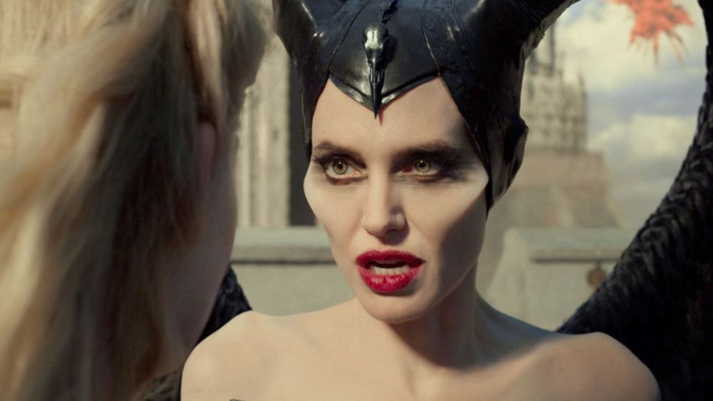 Die dunkle Fee Maleficent (Angelina Jolie, rechts) ist wütend auf Prinzessin Aurora (Elle Fanning).