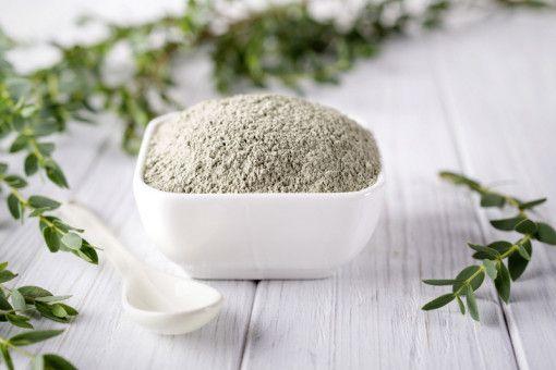 Natürliche Hautpflege: Das grüne Tonerdepulver für Gesichtsmasken und Peelings ist reich an Mineralien