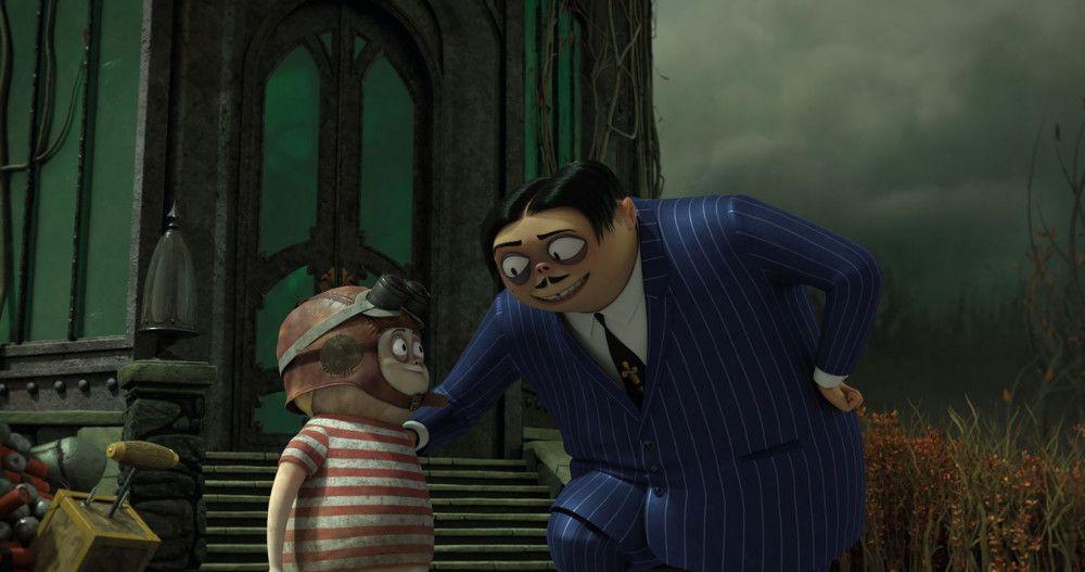 Gomez Addams (rechts) gibt seinem Sohn Pugsley letzte Tipps für seine anstehende Mazurka.