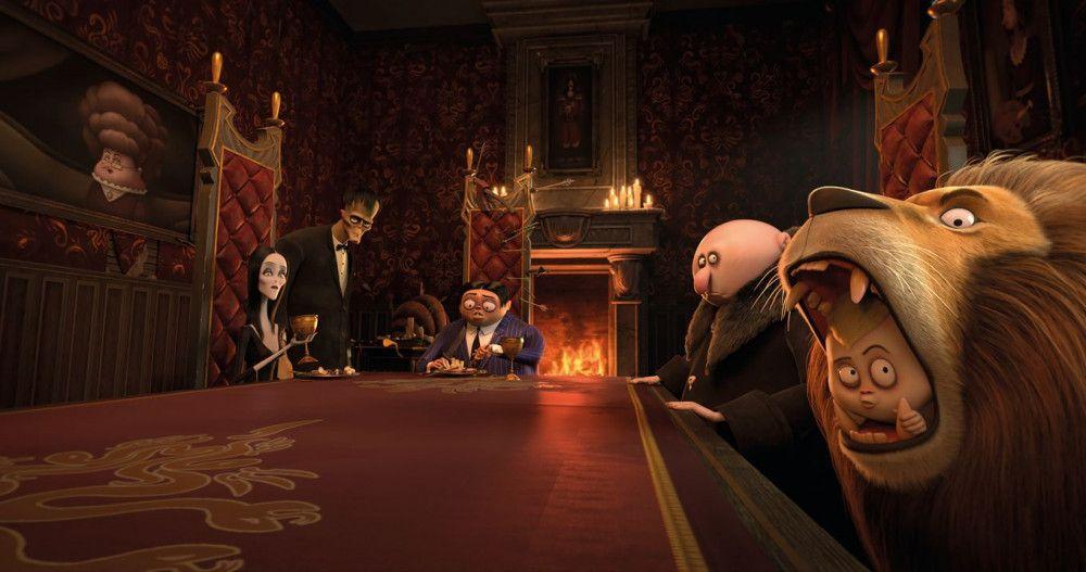 Familie Addams kommt zum Abendessen zusammen.