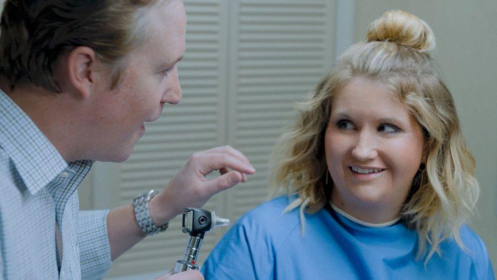 Doctor Falloway (Patch Darragh) verordnet seiner Patientin Brittany (Jillian Bell) viel Bewegung.