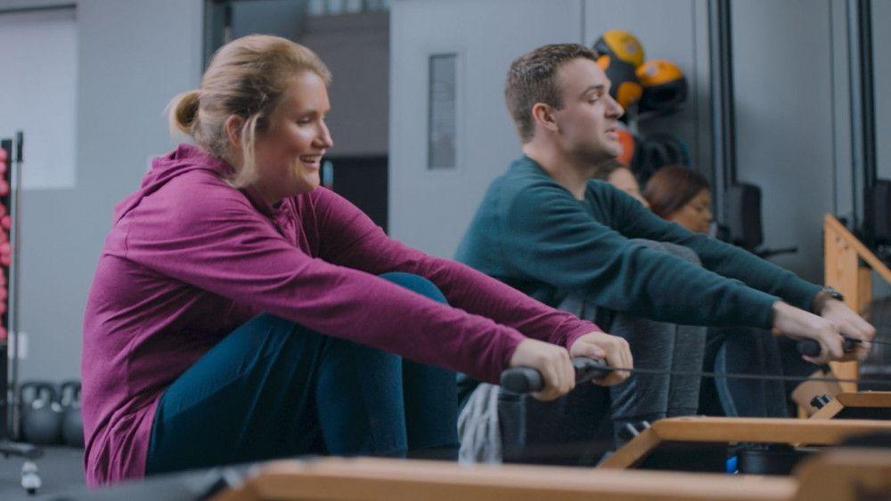 Brittany (Jillian Bell) und Seth (Micah Stock) rackern sich im Fitnessstudio ab.