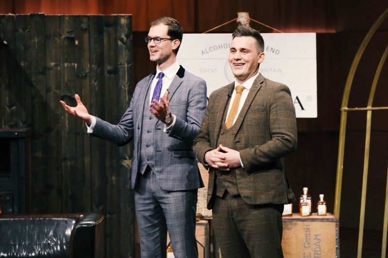 """<b>Folge 8:</b> Die beiden Gründer Lukas Passia und Vincent Efferoth haben einen kalt gebrühten Tee entwickelt, der durch Zugabe hochwertiger Spirituosen wie Gin, Rum und Whisky zur Alternative für Cocktail oder Glühwein wird. """"Noveltea"""" kann kalt oder heiß getrunken werden."""