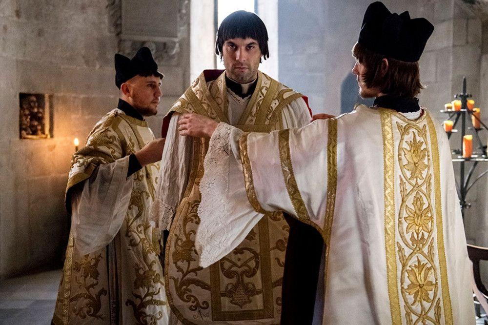 Ulrich Zwingli (Max Simonischek) krempelt die Schweizer Kirche komplett um.