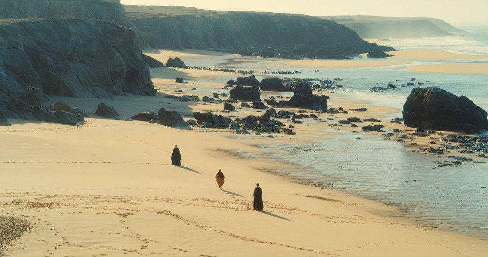 Immer wieder brechen Héloïse (Adèle Haenel), Marianne (Noémie Marchant) und das Hausmädchen Sophie (Luàna Bajrami) zu langen Spaziergängen am Strand auf.