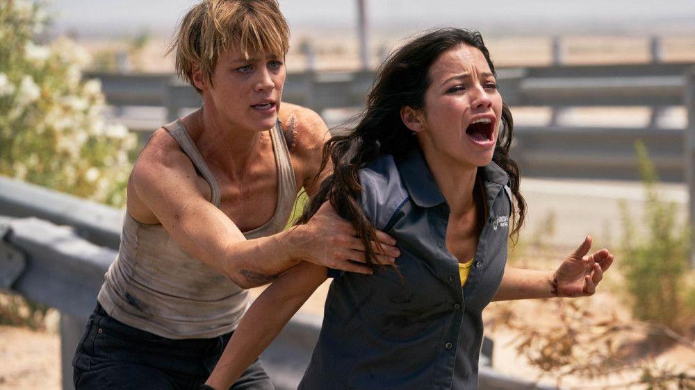 Grace (Mackenzie Davis) und Dani (Natalia Reyes) müssen fliehen.