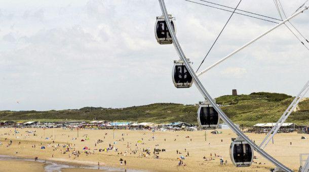 ... und Riesenrad-Spaß am Strand des niederländischen Badeorts