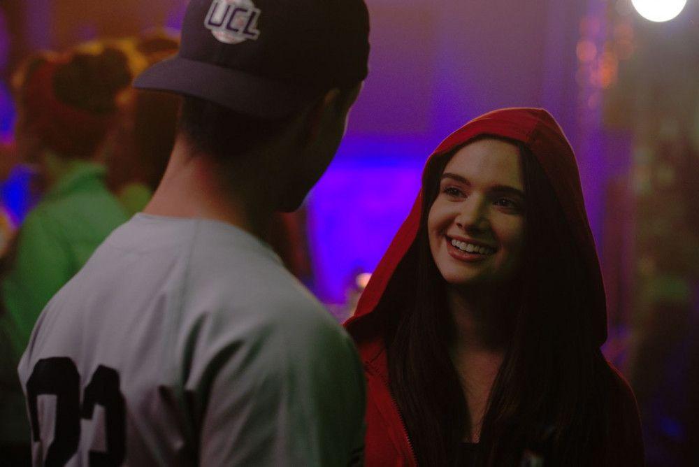 Harper (Katie Stevens) lernt Nathan (Will Brittain) auf einer Party kennen.