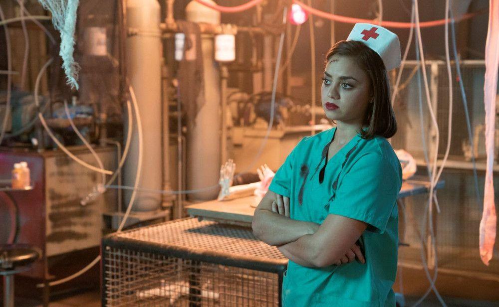 Angela (Shazi Raja) wird langsam skeptisch: Ist das Horrorhaus wirklich nur Attrappe?