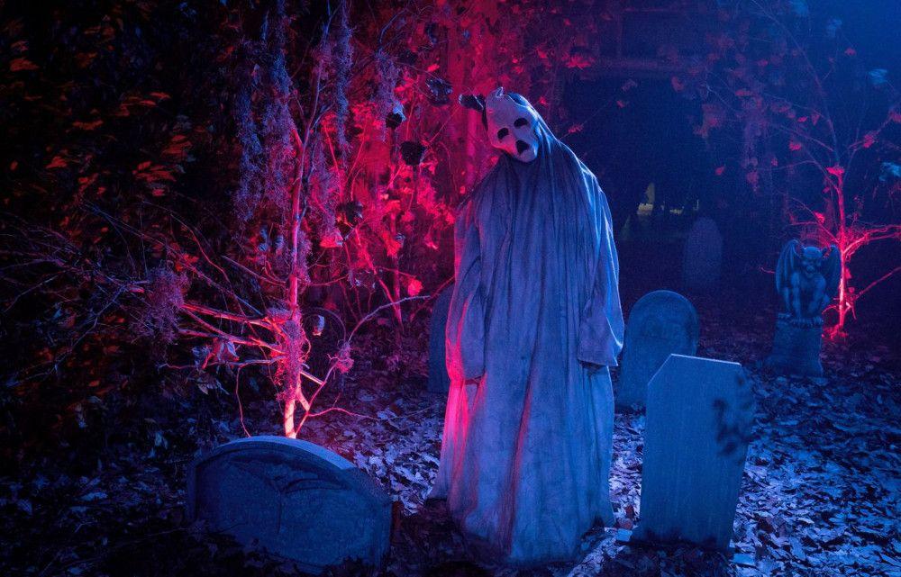 Im Horrorhaus wartet ein Geist auf die Besucher.