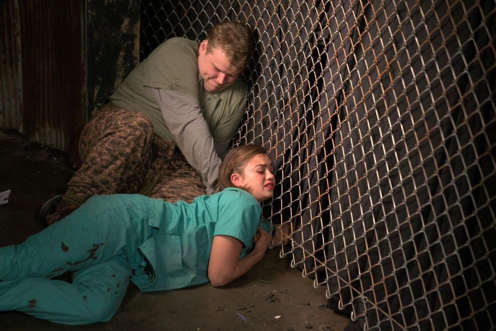 Evan (Andrew Caldwell) versucht verzweifelt, Angela (Shazi Raja) zu helfen.