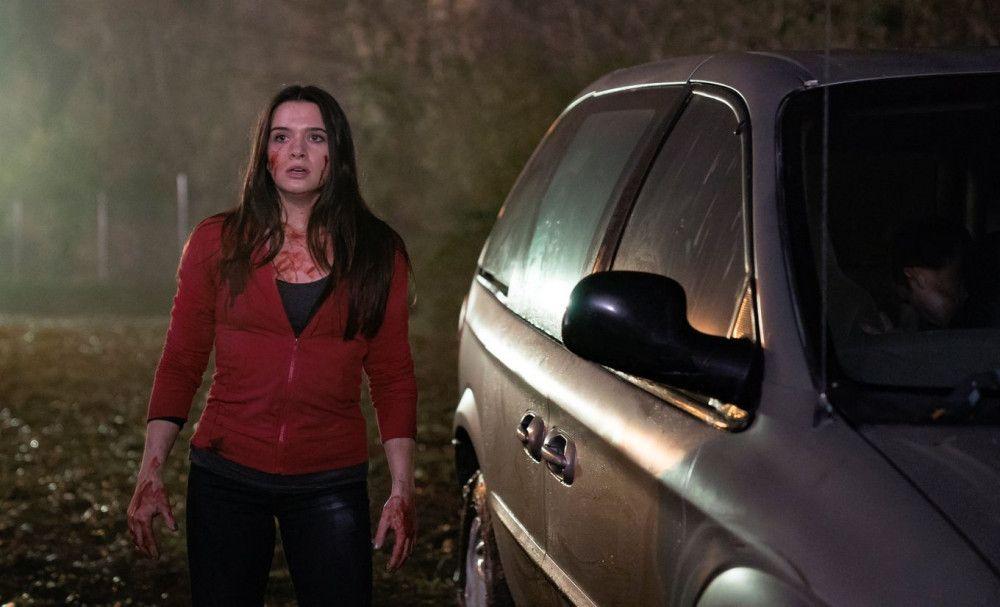 Harper (Katie Stevens) ist verzweifelt und weiß nicht, was sie tun soll.