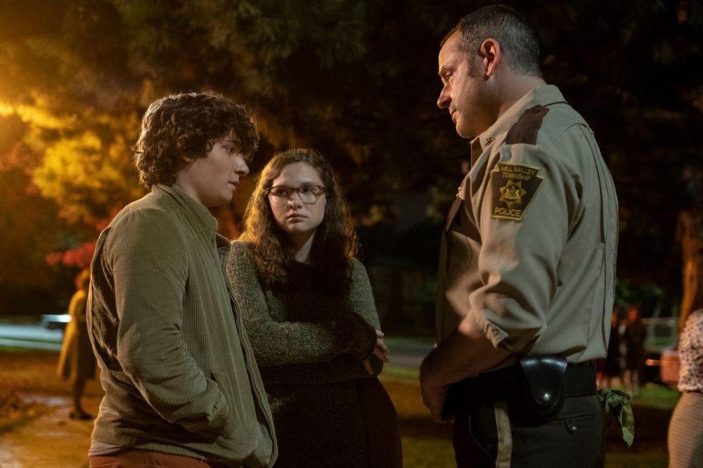 Stella (Zoe Margaret Colletti) und Chuck (Austin Zajur) müssen sich den Fragen von Polizeichef Turner (Gil Bellows, rechts) stellen.