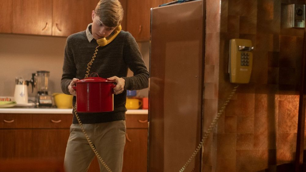 Auggie (Gabriel Rush) kocht und telefoniert gleichzeitig. Ob das gutgeht?