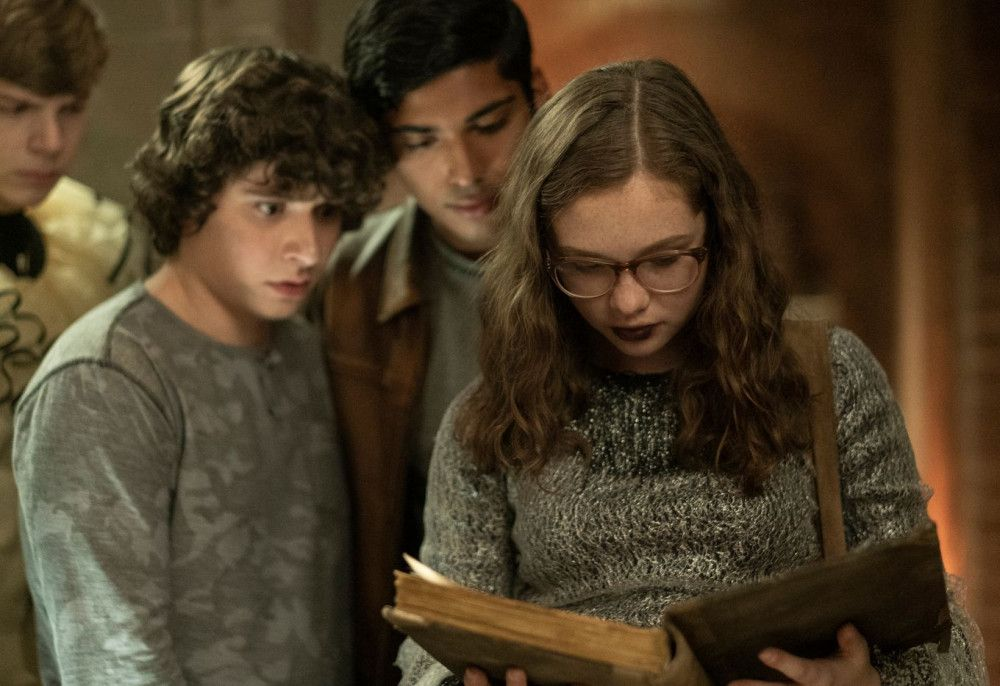 Stella (Zoe Margaret Colletti) und ihre Freunde blättern in dem verfluchten Buch.