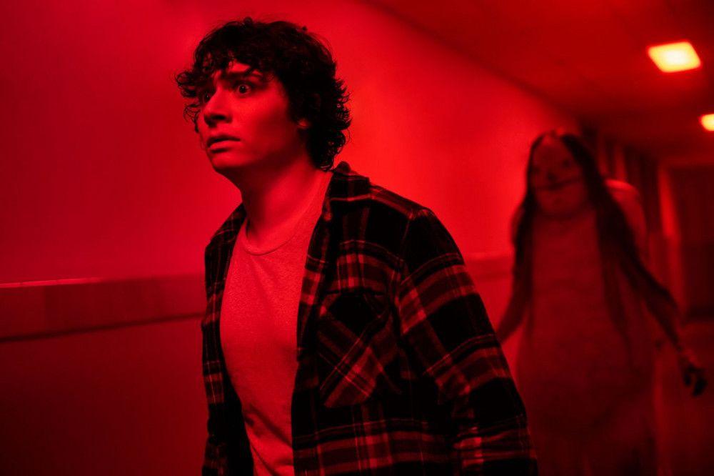 In einer Nervenklinik wird Chuck (Austin Zajur) von einer unheimlichen Kreatur verfolgt.