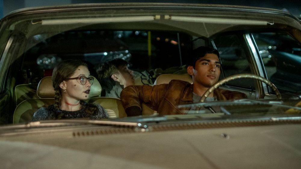 Im Auto des ortsfremden Ramón (Michael Garza) finden Stella (Zoe Margaret Colletti) und ihre beiden Freunde Unterschlupf.