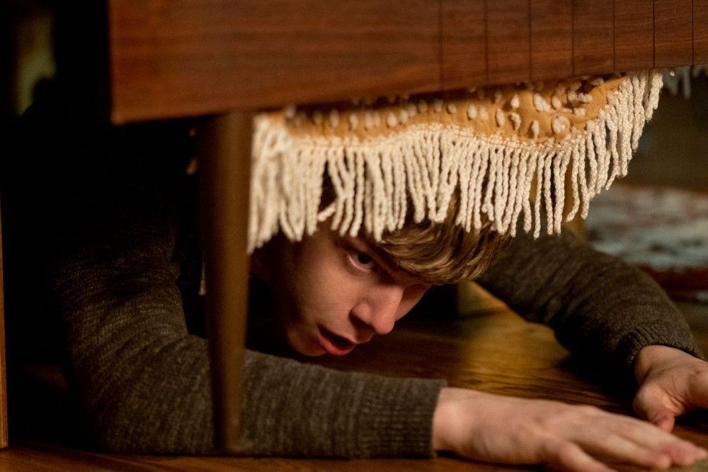 Auggie (Gabriel Rush) versucht, sich vor der Bedrohung zu verstecken.