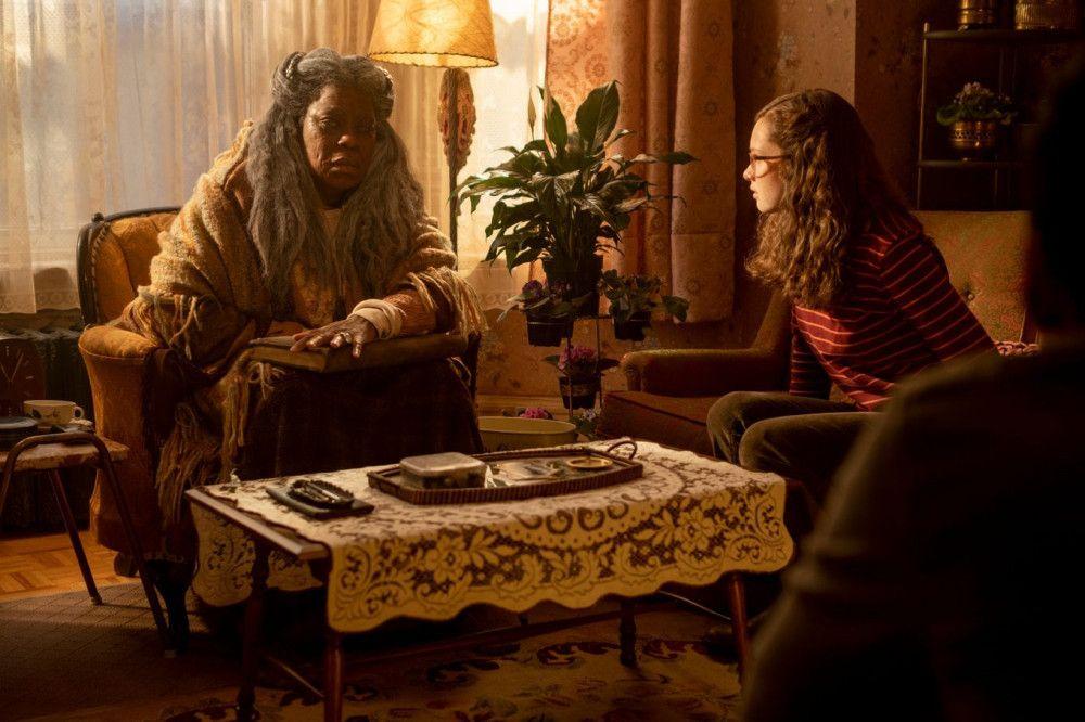 Um mehr herauszufinden, sucht Stella (Zoe Margaret Colletti, rechts) die alte Lou Lou (Lorraine Toussaint) auf.