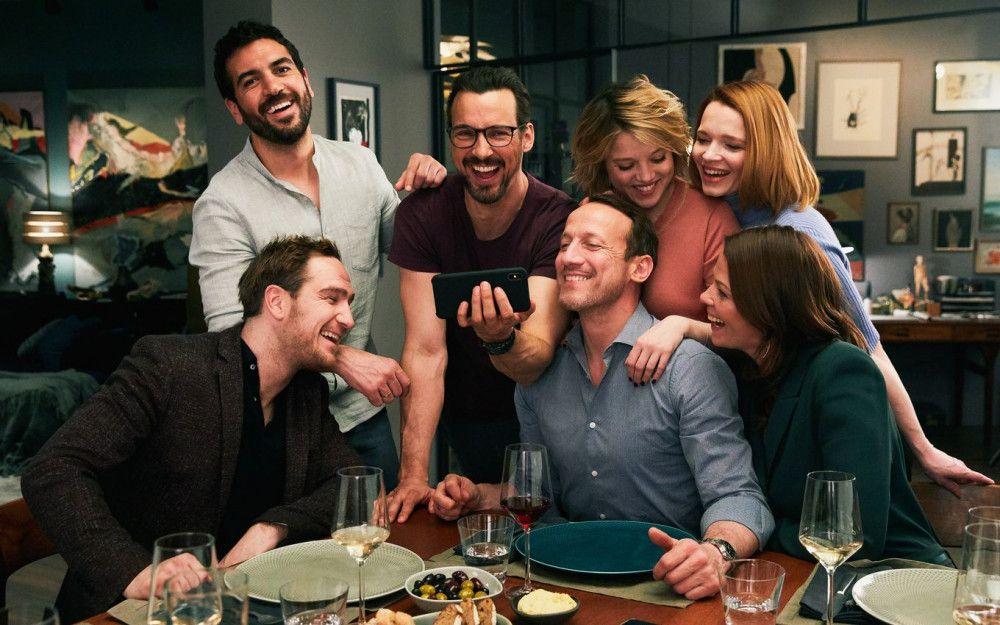 Das Lachen wird ihnen bald vergehen, von links: Simon (Frederick Lau), Leo (Elyas M'Barek), Pepe (Florian David Fitz), Rocco (Wotan Wilke Möhring), Bianca (Jella Haase), Carlotta (Karoline Herfurth) und Eva (Jessica Schwarz) treffen sich auf ein Abendessen und lassen sich auf ein verhängnisvolles Spiel ein.